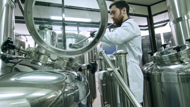男の醸造ビール工場で - 醸造所点の映像素材/bロール