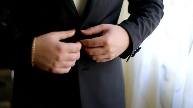 man knappar in svart jacka - blazer bildbanksvideor och videomaterial från bakom kulisserna