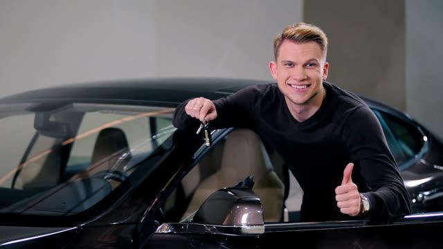 Man buy a electric car in salon video