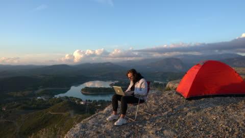 stockvideo's en b-roll-footage met man camping waar internet en vrijheid elkaar ontmoeten - buitenopname