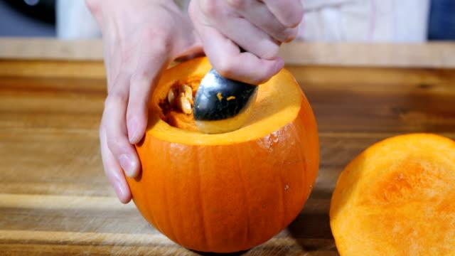 adam cadılar bayramı partisi için balkabağı ayırırlar - pumpkin stok videoları ve detay görüntü çekimi