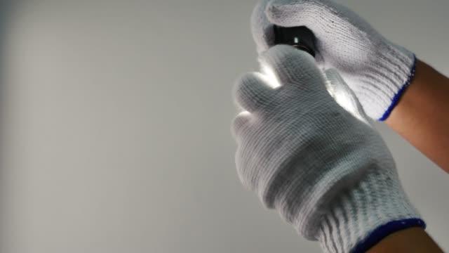человек меняет неоновый свет, чтобы привести лампу для экономии энергии концепции - white background стоковые видео и кадры b-roll