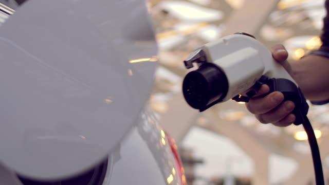 その電気自動車を充電する人 - 電気自動車点の映像素材/bロール