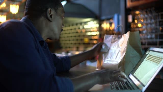 mann prüft bestellung auf laptop und vorbereitung nehmen essen zur lieferung im restaurant - bucht stock-videos und b-roll-filmmaterial