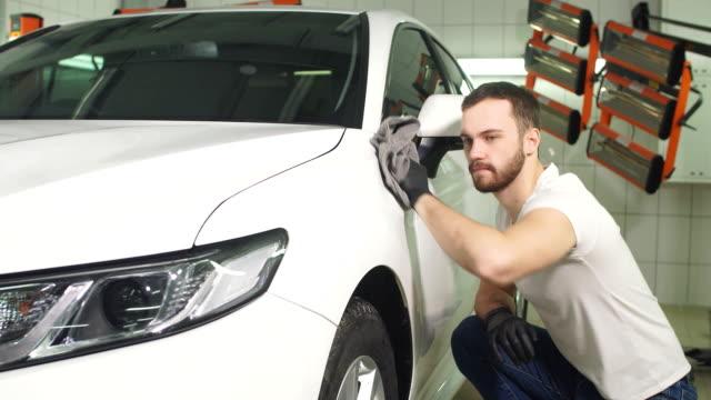 mann überprüft ergebnis des polierens von auto mit einer taschenlampe - wachs epilation stock-videos und b-roll-filmmaterial