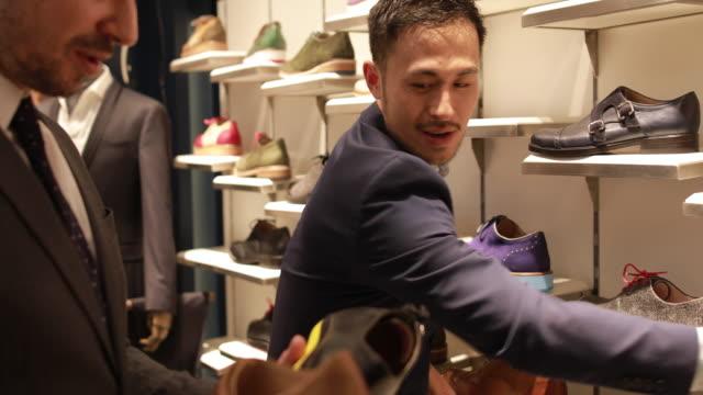 Homme, choisir des chaussures parfaites - Vidéo