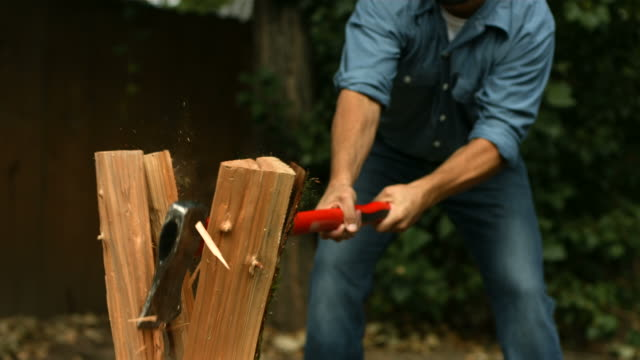 stockvideo's en b-roll-footage met man chopping wood, super slow motion - wood