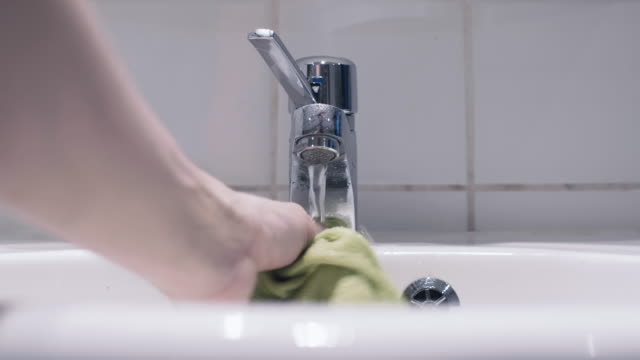 mann, die reinigung, ein waschbecken und wasserhahn - nass stock-videos und b-roll-filmmaterial