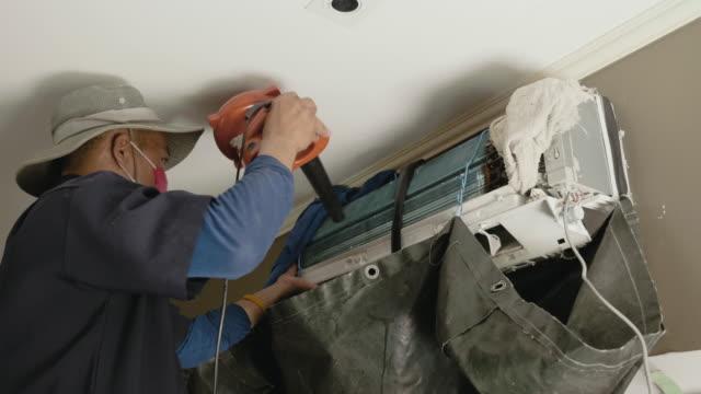 男の家の中の空気フィルターの清掃 - エアコン点の映像素材/bロール
