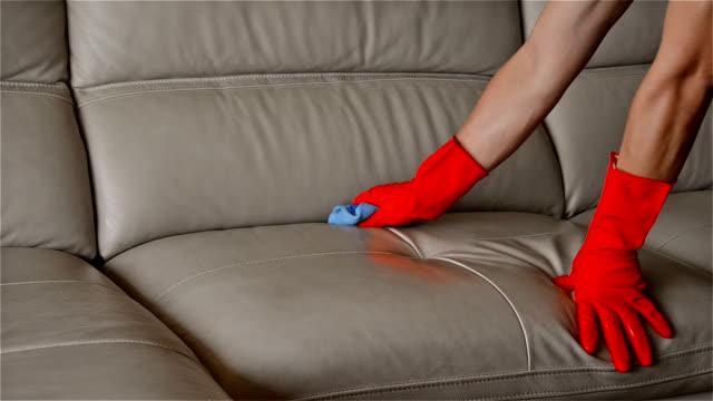 man rengöra lädersoffa hemma - läder bildbanksvideor och videomaterial från bakom kulisserna