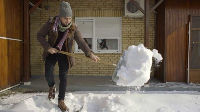 man rengöring skotta färsk snö på gården - skyffel bildbanksvideor och videomaterial från bakom kulisserna
