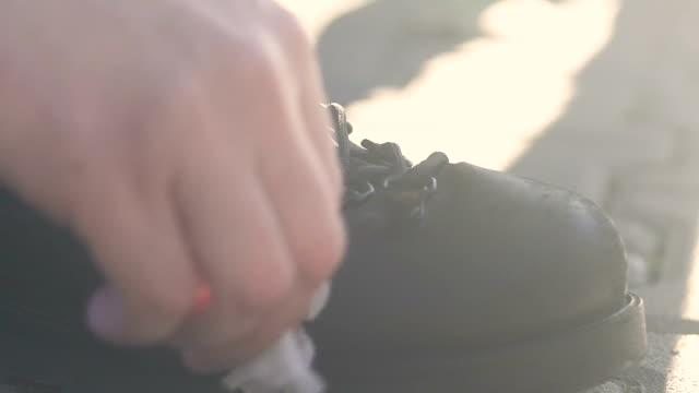 vidéos et rushes de bottes de sport de nettoyage d'homme, chaussures de randonnée imperméables, soins pour chaussures en cuir éco - bottes