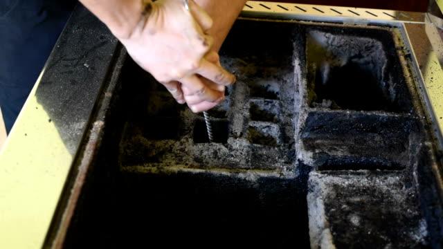 stockvideo's en b-roll-footage met man reinigen houtverbranding kachel - schoorsteen