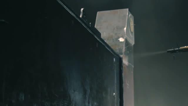 l'uomo pulisce la superficie metallica con una pistola sabbiatrice - sabbia video stock e b–roll