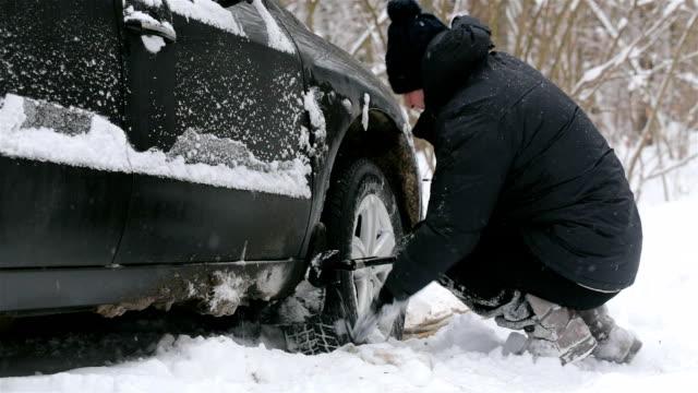 man rensar snö nära ratten i en bil. - skyffel bildbanksvideor och videomaterial från bakom kulisserna