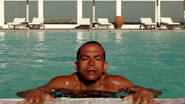 stockvideo's en b-roll-footage met man coming out of pool - menselijke spier