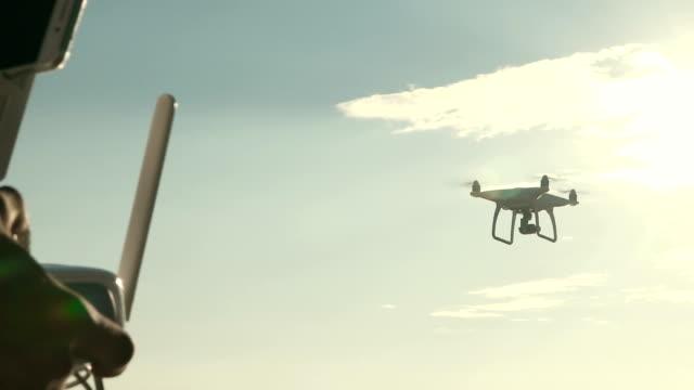 무인 항공기 비행 제어 남자 - 무인항공기 스톡 비디오 및 b-롤 화면