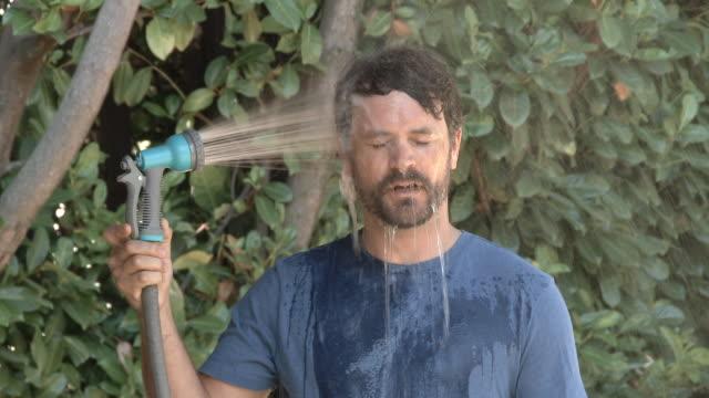 sıcak yaz gününde soğuyor - serinletici stok videoları ve detay görüntü çekimi