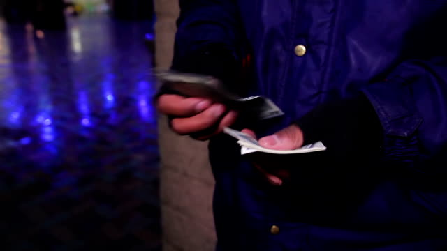 человек подсчета сша на свежем воздухе. фальшивые денег, мошенничества, нарушения закона, афера - dollar bill стоковые видео и кадры b-roll