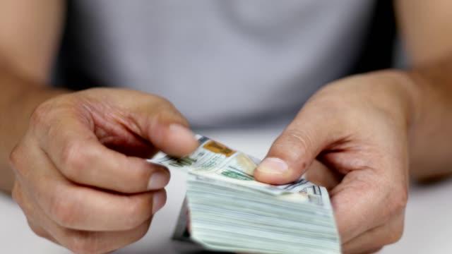 man counting money - indennità video stock e b–roll