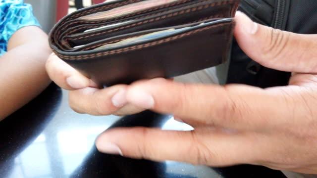 一個人在錢包裡數著泰國的貨幣錢 - 銀包 個影片檔及 b 捲影像