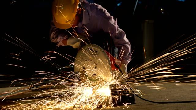 mann schneiden stahl durch schneidemaschine. - kreissäge stock-videos und b-roll-filmmaterial