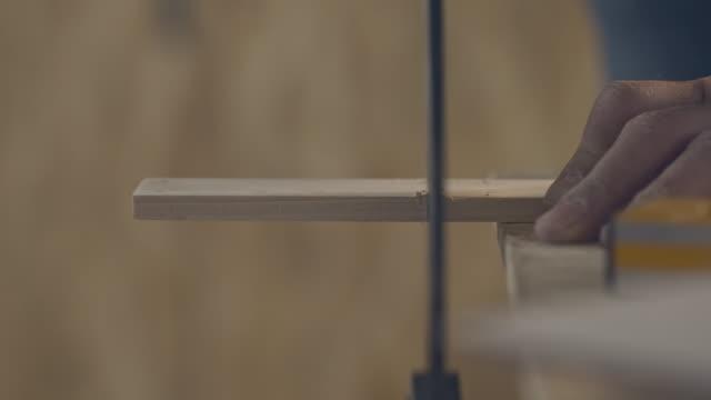 dostum ile ahşap kullanımının blok kesme gördüm - döner lamalı testere stok videoları ve detay görüntü çekimi