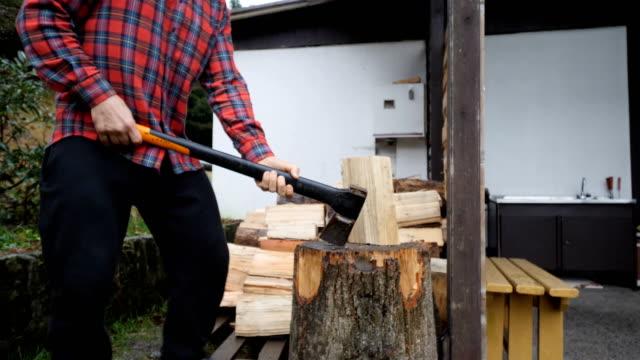 mann schneidet holz - brennholz stock-videos und b-roll-filmmaterial