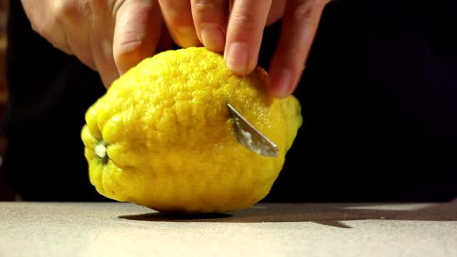 человек резки желтый лимон - лимонный сок стоковые видео и кадры b-roll