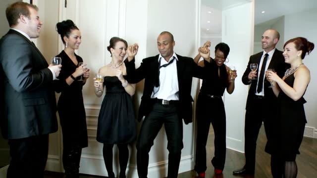 uomo ballare alla festa con cena - adulazione video stock e b–roll