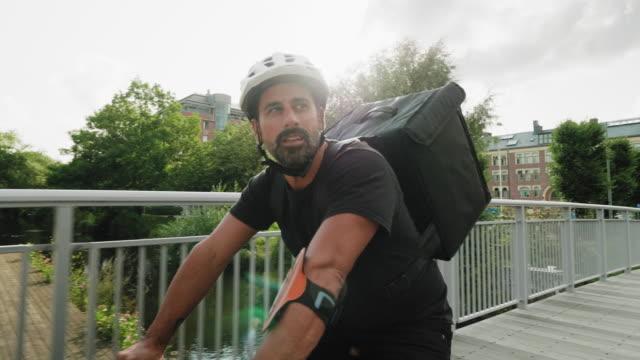 Man levererar mat med cykel i staden video