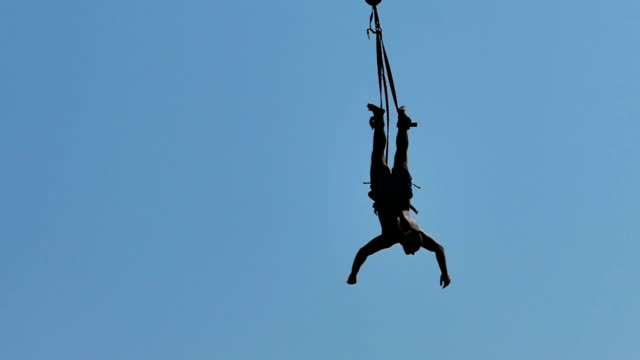 man did bungee jumping-slow motion - bungee jumping video stock e b–roll