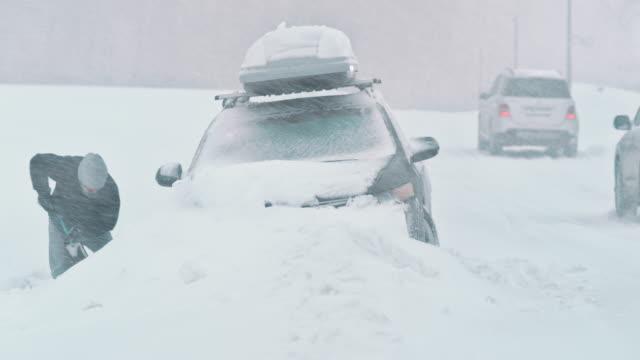 ld man gräva sin bil ur snö - skyffel bildbanksvideor och videomaterial från bakom kulisserna