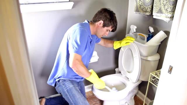 Hombre haciendo las tareas domésticas, limpieza aseo - vídeo