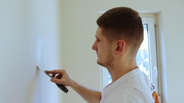 człowiek robi diy projektu w mieszkaniu - szpatułka przybór do gotowania filmów i materiałów b-roll