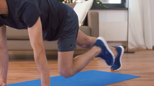 man gör running plank övning hemma - hemmaträning bildbanksvideor och videomaterial från bakom kulisserna