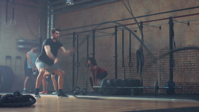 Man doing tough workout with ropes video