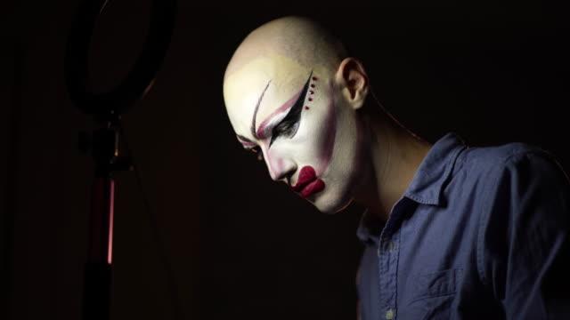 stockvideo's en b-roll-footage met man drag queen zetten make-up op voor perfomnace - drag queen