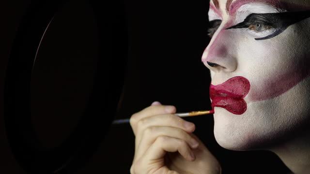 stockvideo's en b-roll-footage met man drag queen zetten rode lippenstift - drag queen