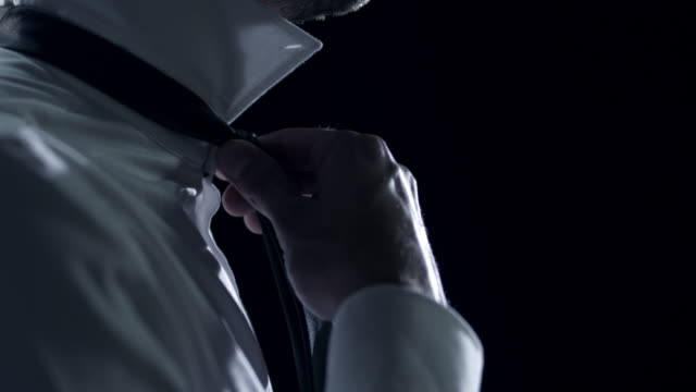 mann verkleiden - krawatte stock-videos und b-roll-filmmaterial