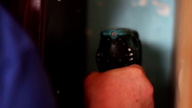 전기 드릴 남자 훈련 벽 - chuck lorre 스톡 비디오 및 b-롤 화면