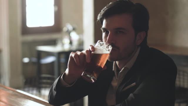バーでビールを飲む男 - ビール点の映像素材/bロール