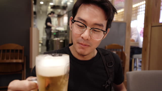 カフェでビールを飲む男 - 飲み会点の映像素材/bロール