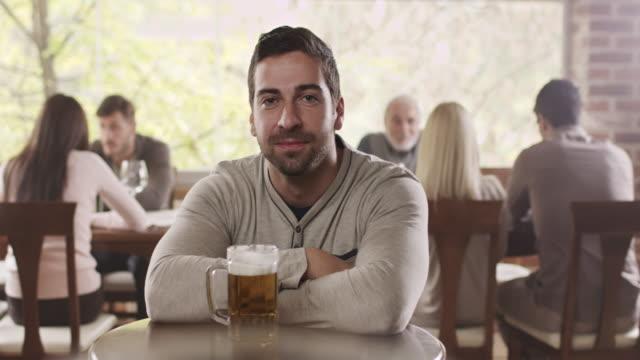 vidéos et rushes de homme de boire de la bière - tentation