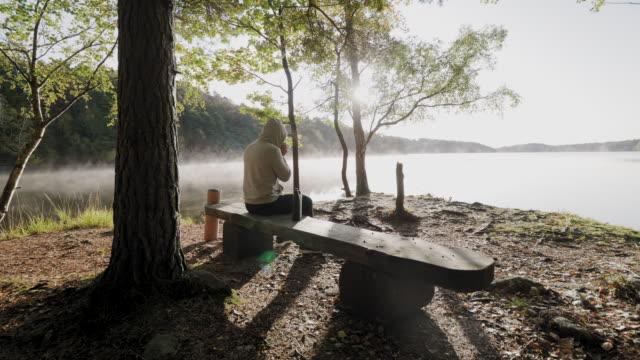 En man dricker kaffe efter träningen på morgonen video
