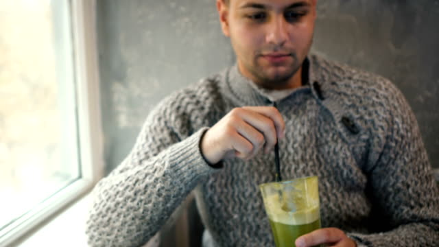 man dricka smoothie - sugrör bildbanksvideor och videomaterial från bakom kulisserna