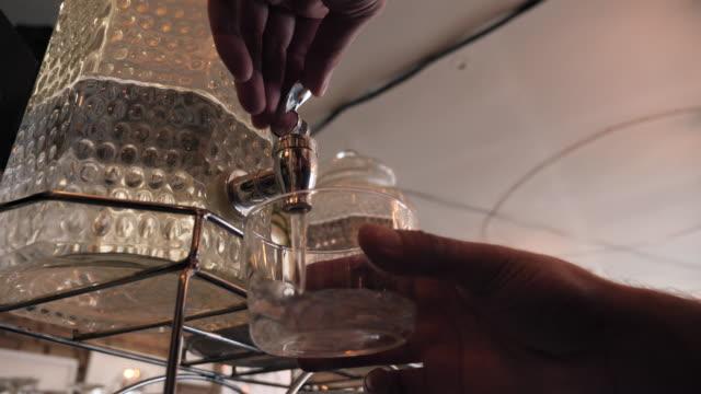vidéos et rushes de homme buvant l'eau du distributeur d'eau de verre - pots de bureau
