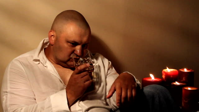 uomo beve whisky - brandy video stock e b–roll