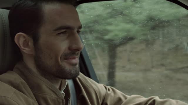 Conducción y sonriente hombre - vídeo