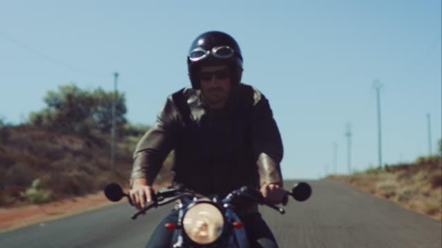 vídeos de stock e filmes b-roll de homem em motocicleta na estrada estrada sua - helmet motorbike